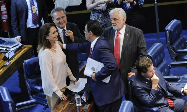 Renan conversa com Kátia Abreu e Jaques Wagner no plenário