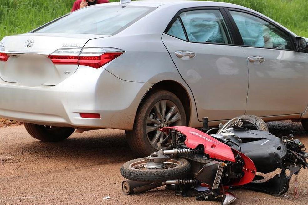 Carro bateu na lateral de moto — Foto: PM-MT