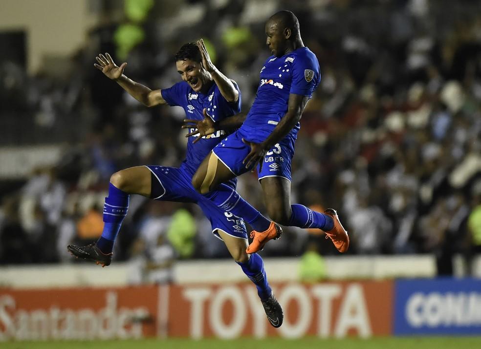 Sassá e Thiago Neves comemoraram o terceiro gol do Cruzeiro contra o Vasco  (Foto: André Durão/GloboEsporte.com)