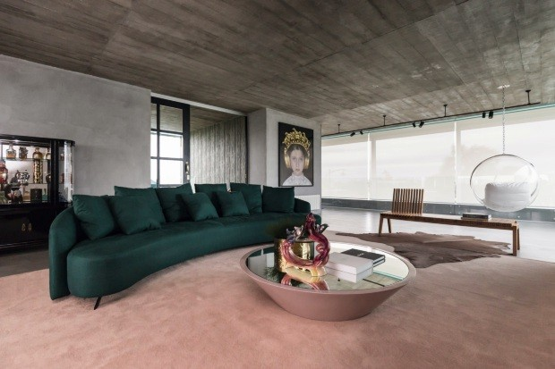 Casa surpreende com uso inusitado de cores, arte e design