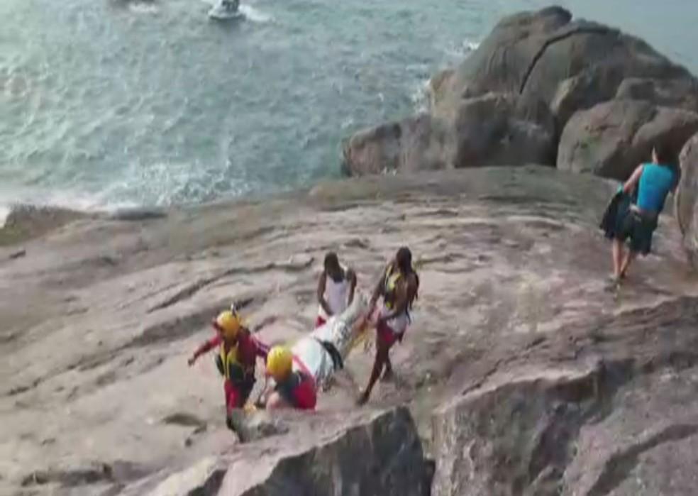 Helicóptero Águia auxiliou o GBMar no resgate de casal preso em ilha costeira após acidente com moto aquática — Foto: Reprodução