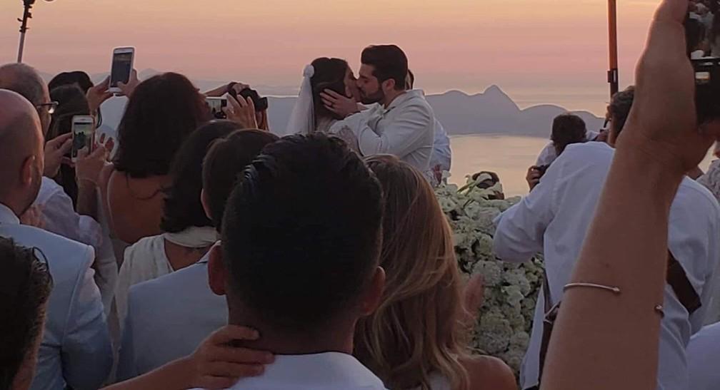 Alok e Romana se beijam — Foto: Santuário do Cristo Redentor