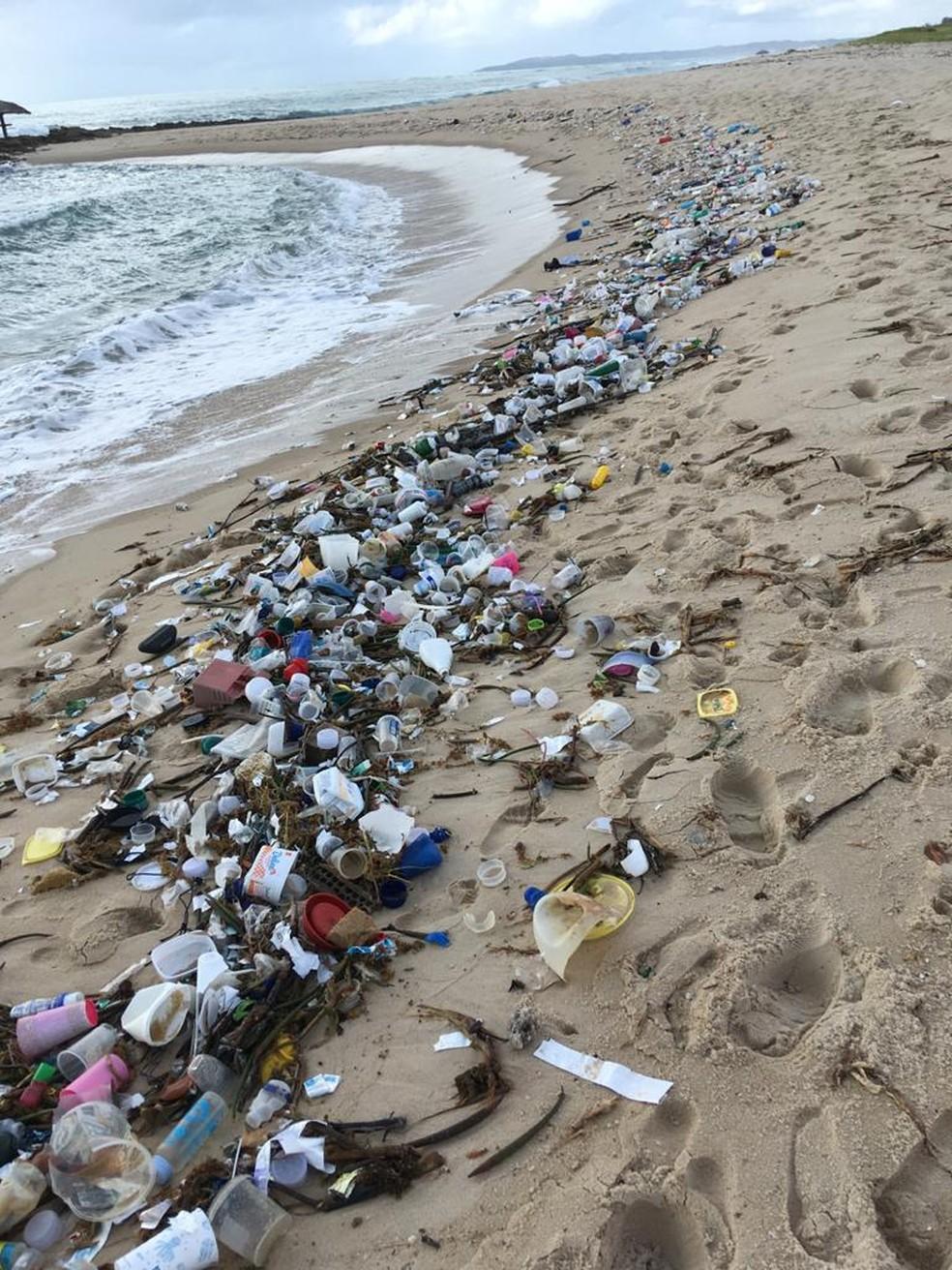Na praia de Barra de Cunhau, em Canguaretama, grande quantidade de lixo foi recolhida — Foto: Divulgação