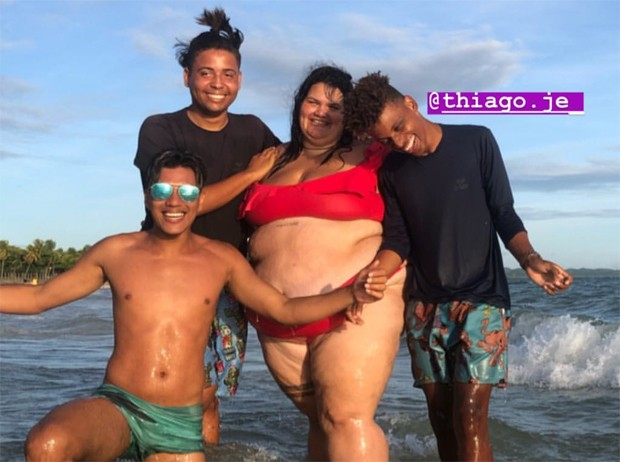 Thaís Carla com amigos (Foto: Reprodução/Instagram)