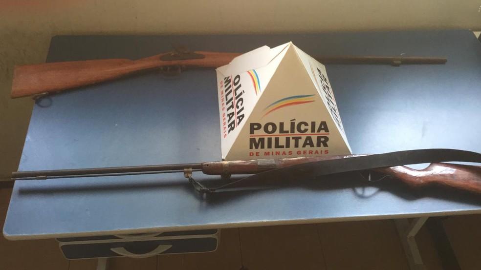 Armas apreendidas pela PM, uma foi usada no crime a outra estava na casa da vítima — Foto: Polícia Militar / Divulgação