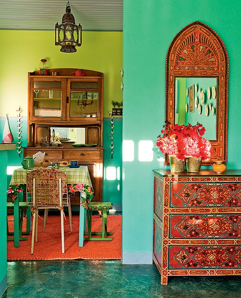 Esta casa de 60 m² foi construída especialmente para hóspedes. Decorada pela designer de interiores Neza Cesar, tem um cantinho na sala com toque oriental: a cômoda e o espelho marroquinos têm madeira toda trabalhada. Um luxo! (Foto: Edu Castello)