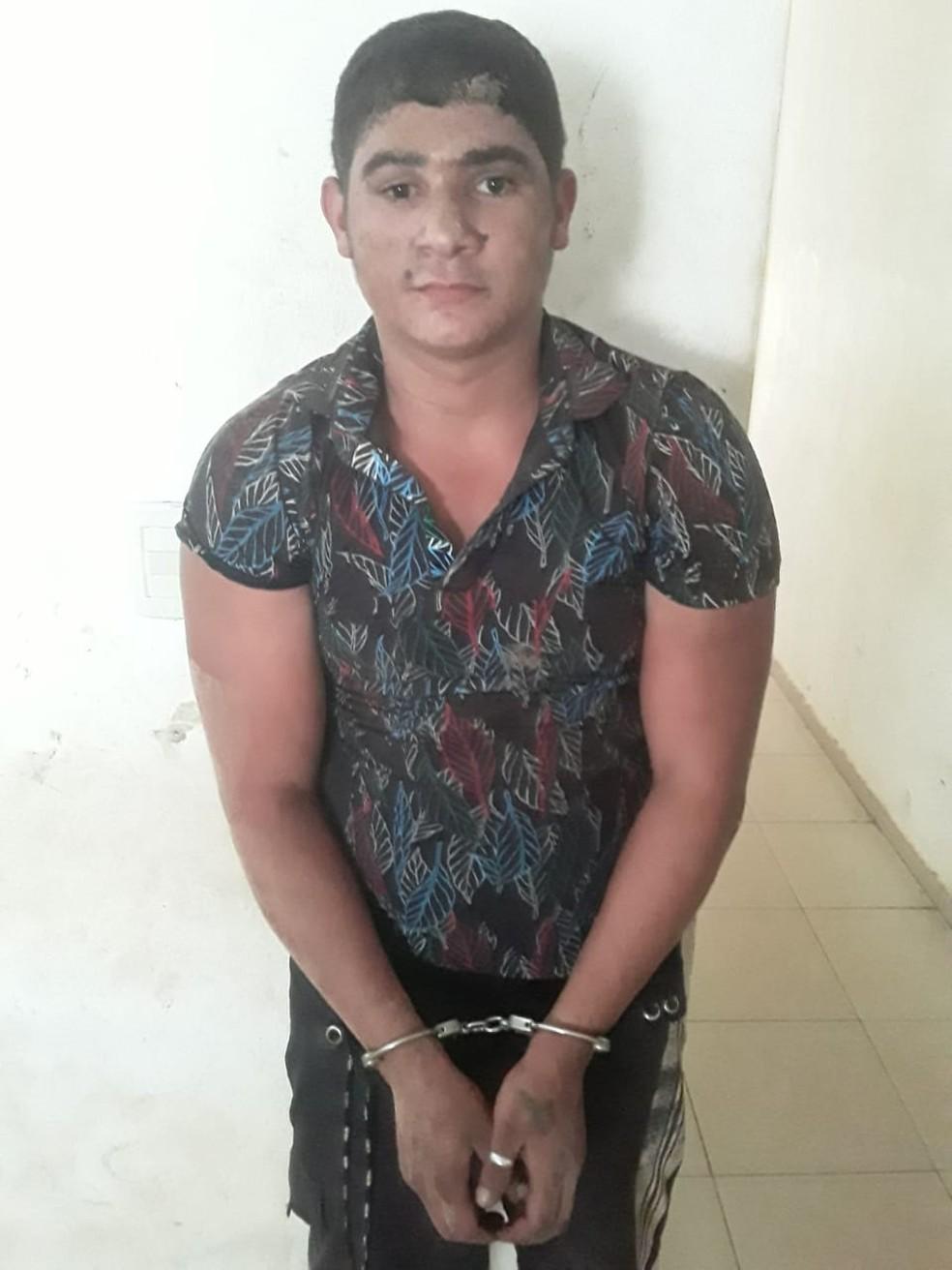 Danrley Viana Silva foi preso próximo à BR-222 conduzindo uma bicicleta na tentativa de fugir da cidade — Foto: Divulgação/Polícia