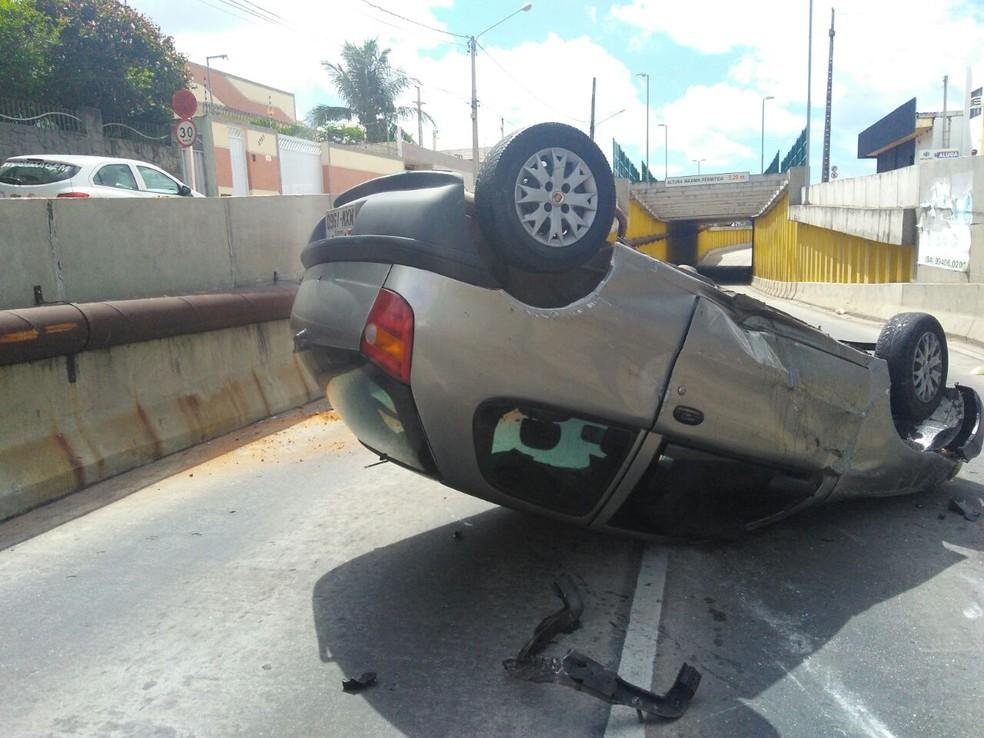 Carro capota na entrada de túnel na avenida Capitão Mor Gouveia, em Natal (Foto: Marksuel Figueredo/Inter TV Cabugi)