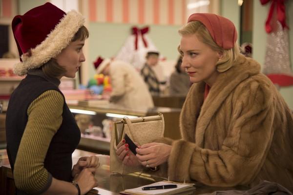 Rooney Mara e Cate Blanchett em cena de Carol (2015) (Foto: Divulgação)