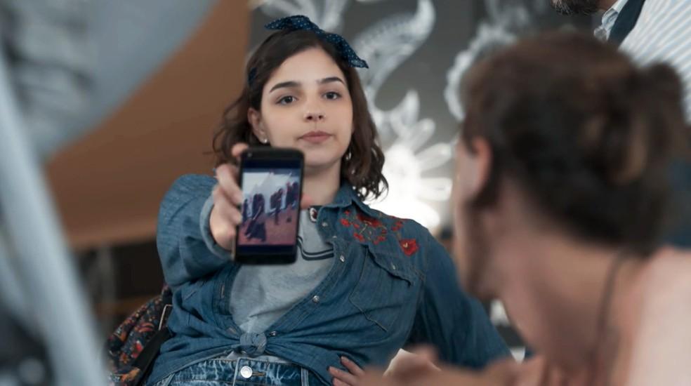 Keyla (Gabriela Medvedovski) mostra foto para Deco (Pablo Morais) em 'Malhação - Viva a Diferença' — Foto: Globo