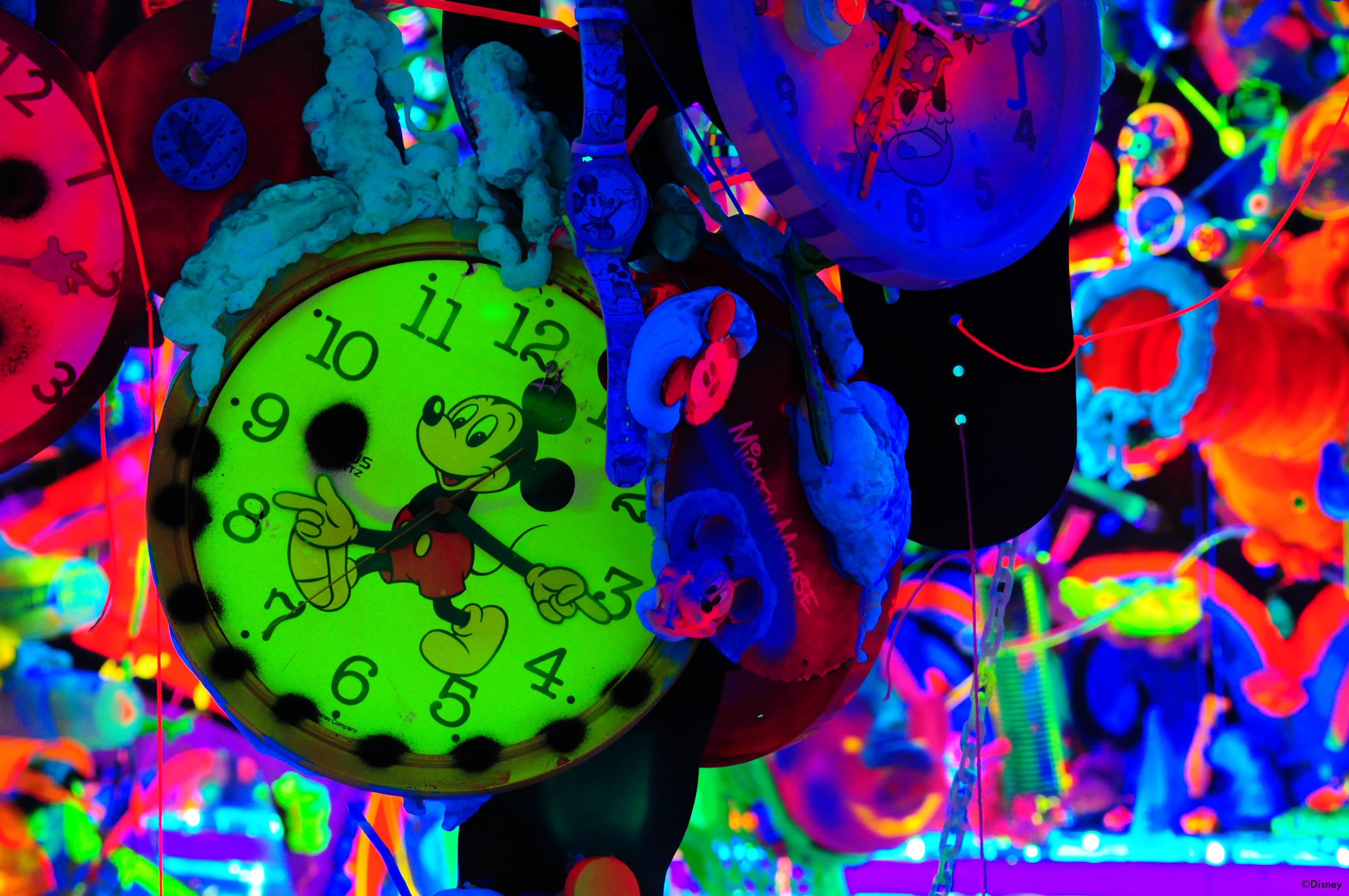 """""""Cosmic Cavern"""", instalação infusa em neon e inspirada no clássico relógio de pulso de Mickey Mouse, de Kenny Scharf (Foto: Divulgação)"""