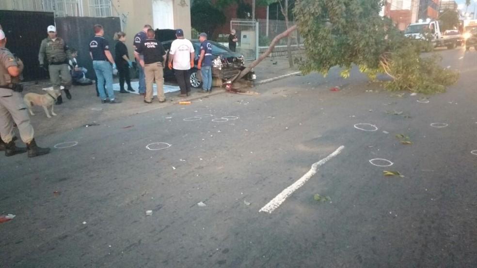 Círculos no chão marcam cápsulas encontradas pela polícia após o tiroteio na Zona Norte de Porto Alegre (Foto: Paulo Ledur/RBS TV)