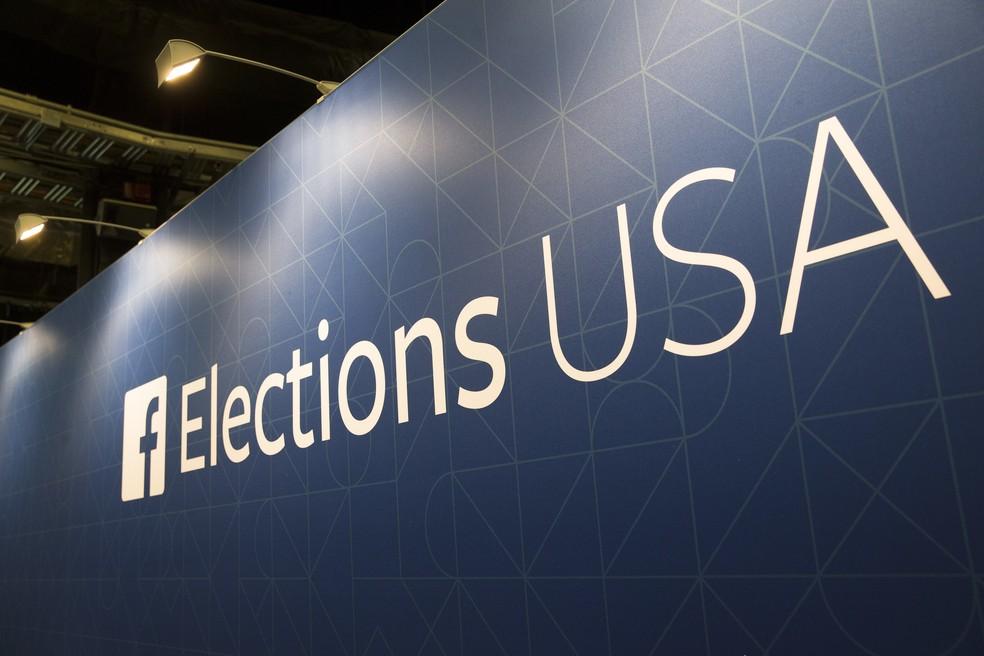 Foto de arquivo mostra o logo do Facebook em stand da empresa durante debate presidencial das eleições americanas de 2015 — Foto: AP Foto/John Minchillo