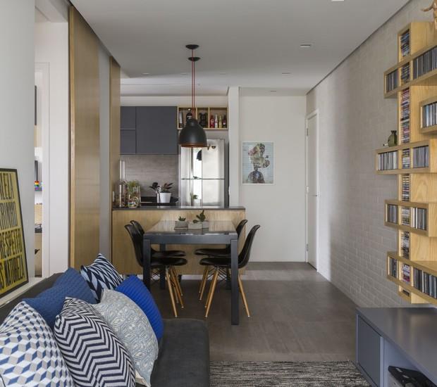 Aberta para a sala, a cozinha segue os tons de cinza da decoração e segue a linha do design industrial. (Foto: Evelyn Müller/Divulgação )