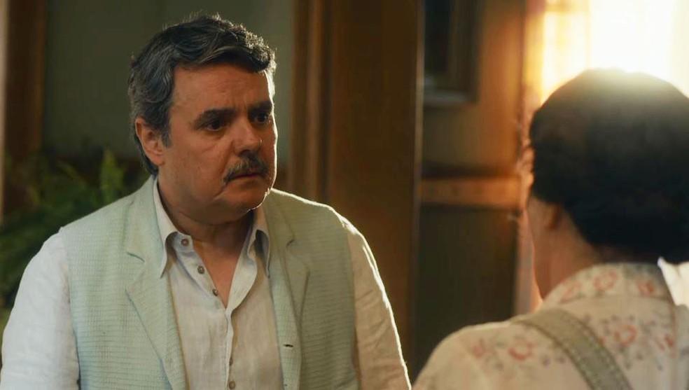 Afonso (Cássio Gabus Mendes) se entristece com postura de Lola (Gloria Pires) — Foto: Globo