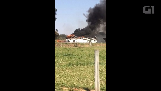 Ônibus escolar da Prefeitura de Tapejara pega fogo na PR-323; assista