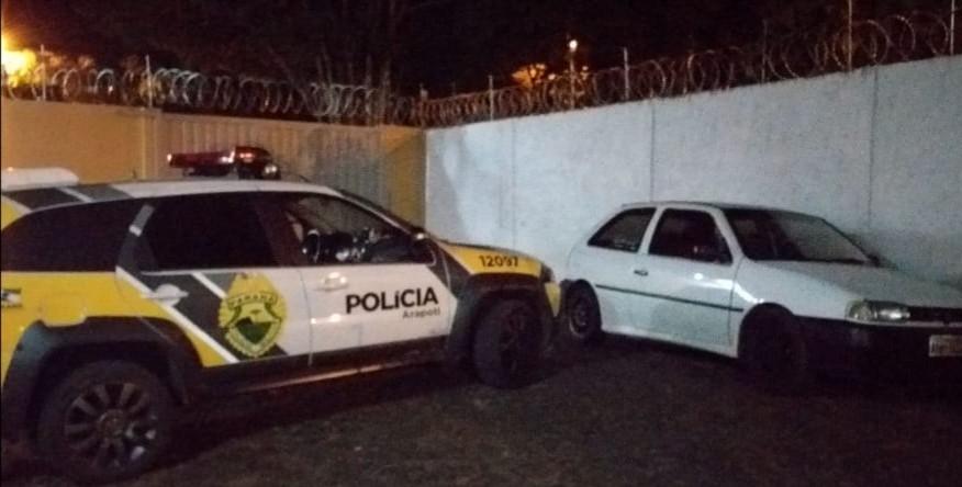 Homens abandonam mochila com drogas, batem carro contra árvore e fogem após perseguição em Arapoti, diz PM - Noticias