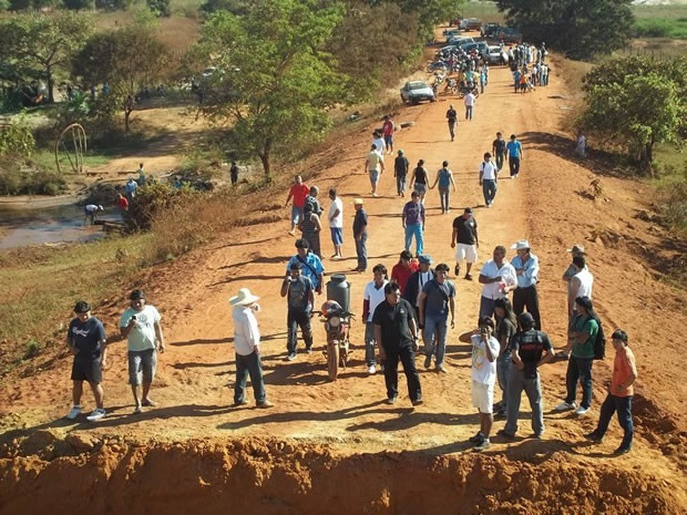 Registro do trecho da BR-158 que passa por Marãiwatsédé foi feito na época em que os produtores rurais tiveram que deixar a terra. — Foto: Divulgação /Associação dos Produtores