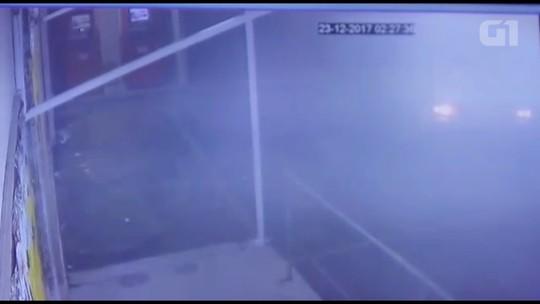 Suspeitos arrombam caixas eletrônicos em duas cidades da Região de Curitiba; confira VÍDEO