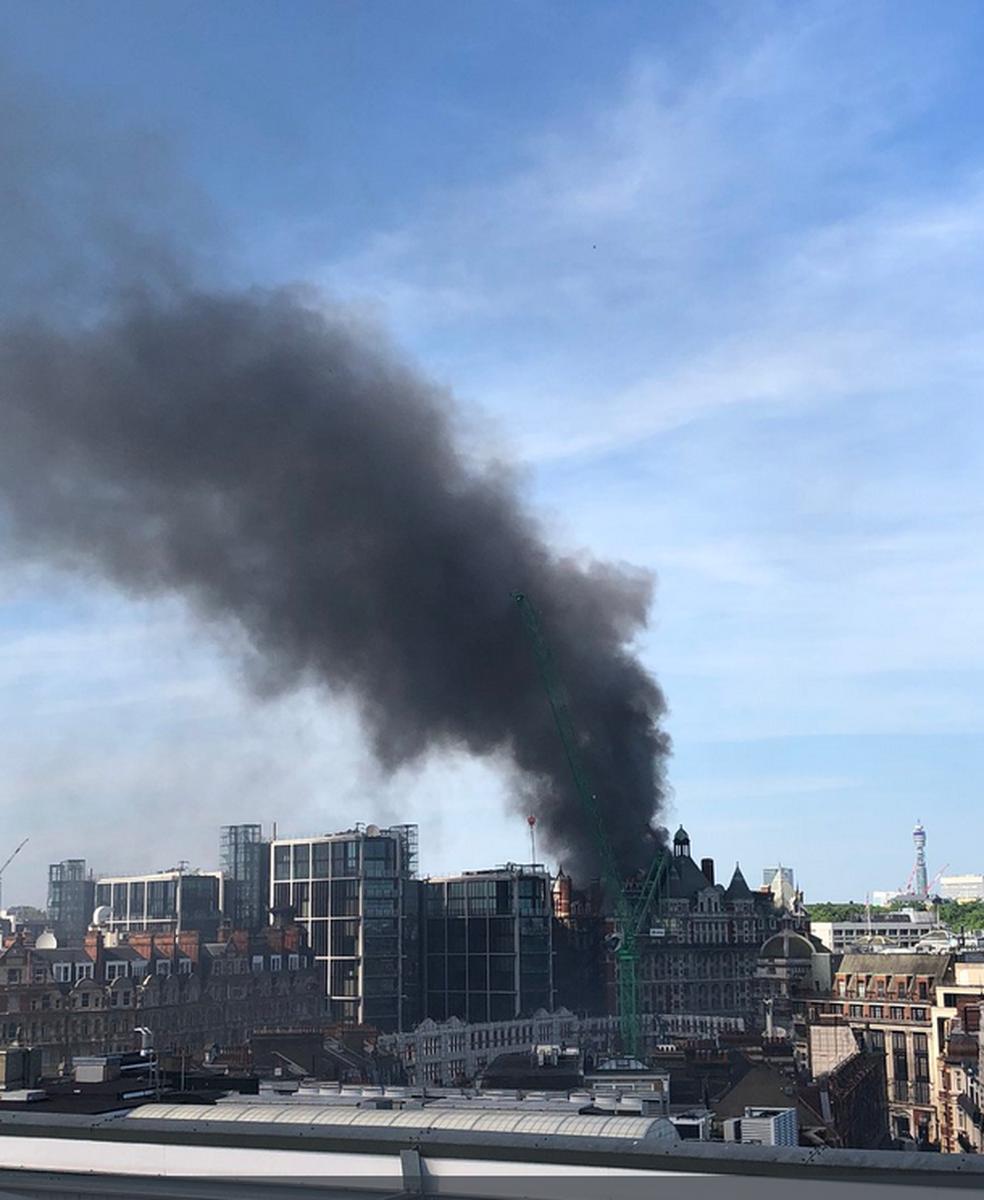 Bombeiros tentam conter incêndio em hotel em Londres nesta quarta-feira (6) (Foto: Reprodução/Twitter/London Fire Brigade)