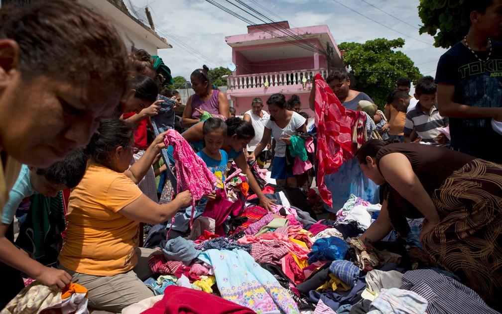 Mulheres separam roupas doadas por moradores de Matias Romero para pessoas que perderam suas casas no terremoto de quinta-feira em Juchitan, no México, no domingo (10) (Foto: AP Photo/Rebecca Blackwell)