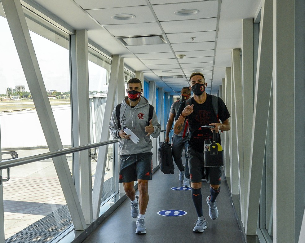 Arrascaeta e Isla na viagem do Flamengo para o Equador — Foto: Marcelo Cortes/Flamengo
