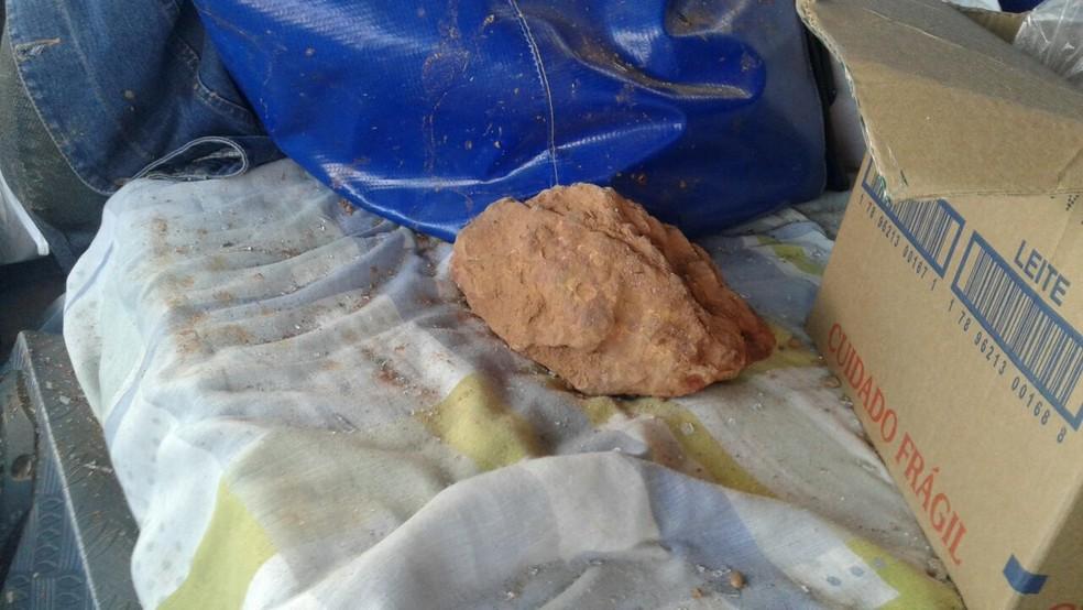 Pedra arremessada contra caminhão de José Batistela  — Foto: PRF/Divulgação