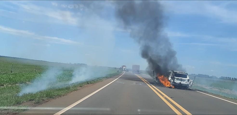 Carro em chamas encontrado pela polícia na tentativa de assalto — Foto: PMR / Divulgação