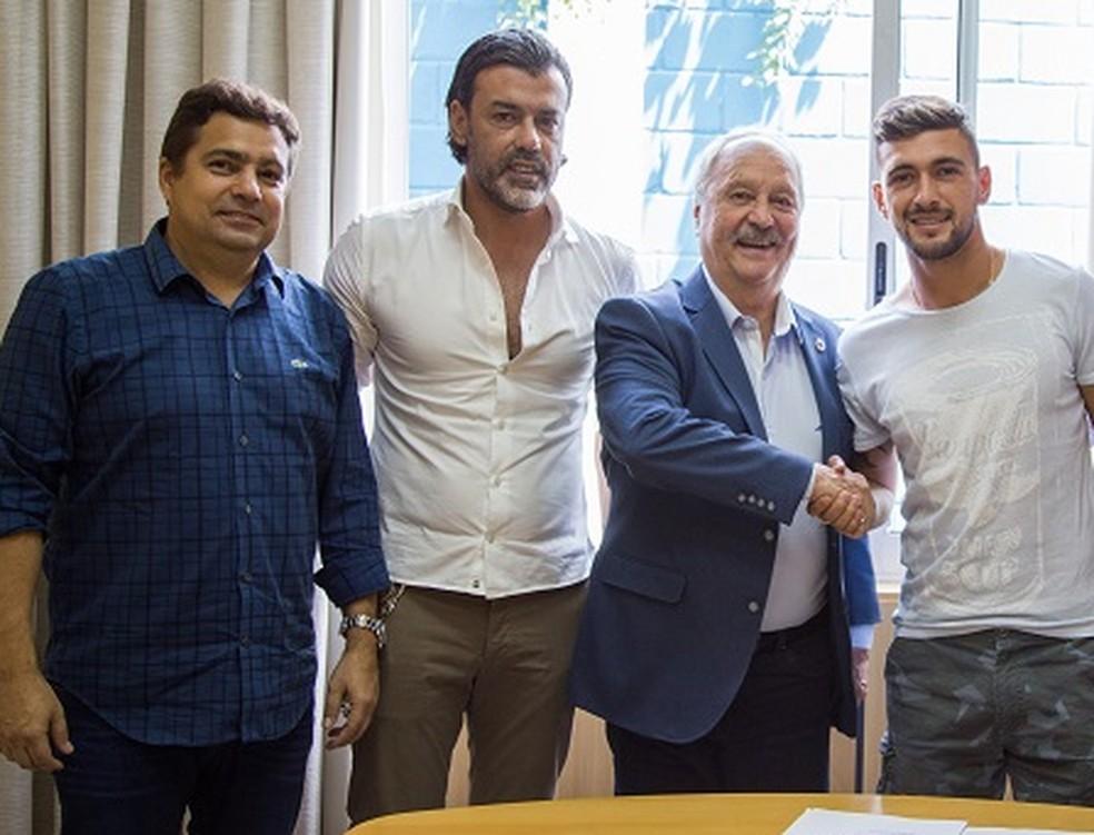 Arrascaeta com a diretoria do Cruzeiro e seu empresário, Daniel Fonseca: saída conturbada — Foto: Bruno Haddad/Cruzeiro
