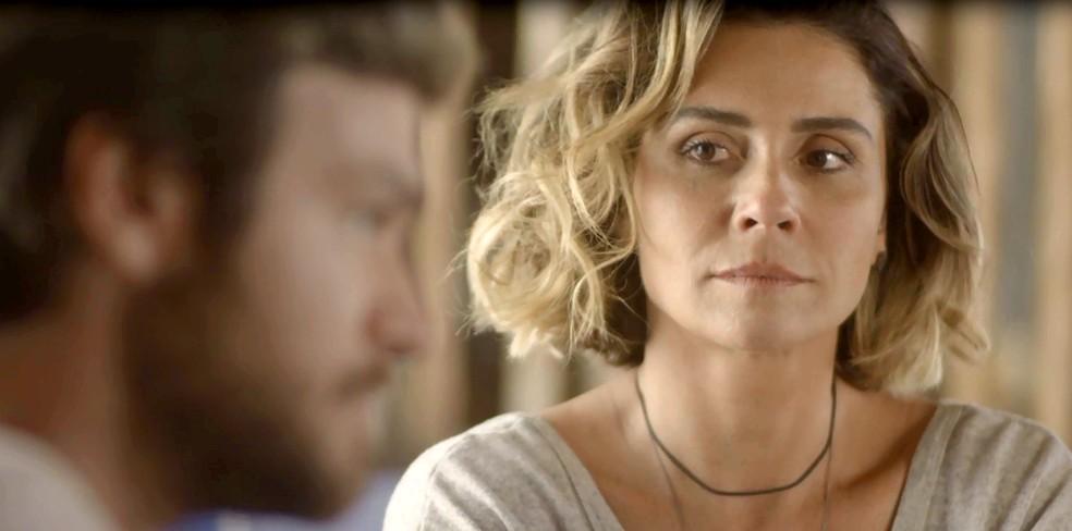 Luzia fica apreensiva com o que o músico está prestes a revelar (Foto: TV Globo)