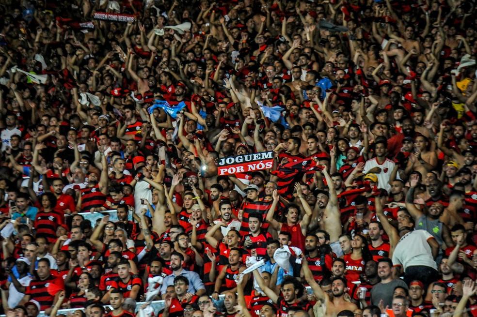 Torcida do Flamengo em grande número diante da LDU — Foto: NAYRA HALM/FOTOARENA/ESTADÃO CONTEÚDO