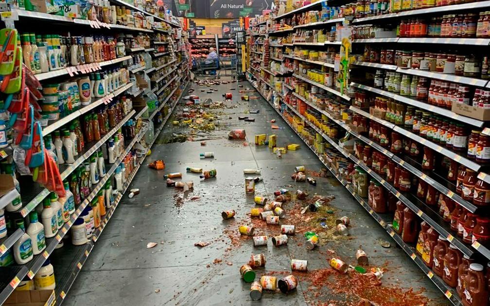 Tremor sacudiu prateleiras de supermercado em Yucca Valley, na Califórnia — Foto: Chad Mayes / via AP Photo