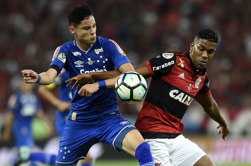 Diogo Barbosa disputa lance com Berrío: tudo igual no Rio (Foto: André Durão / GloboEsporte.com)