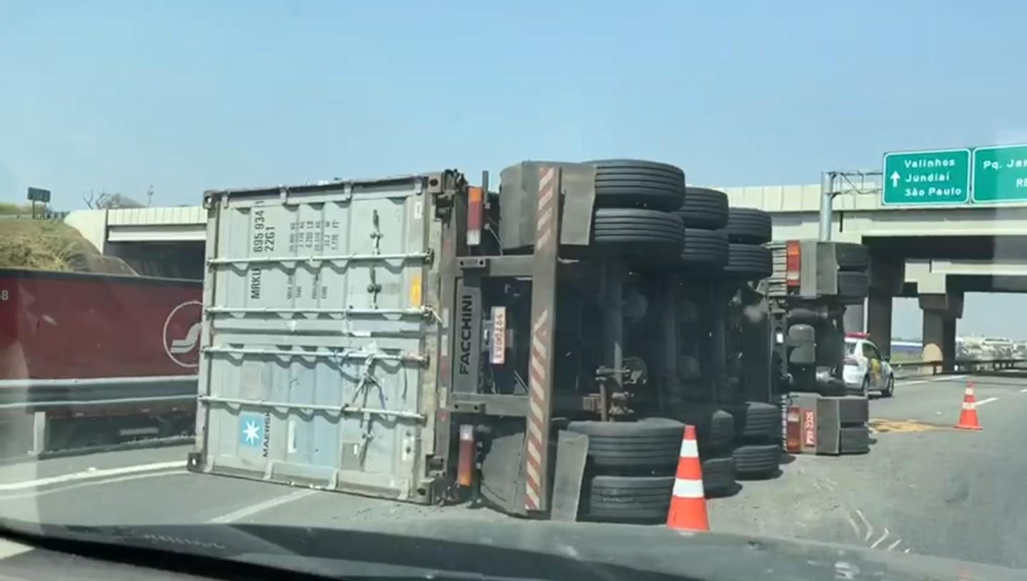 Carreta tomba e deixa motorista ferido na Rodovia Anhanguera, em Campinas