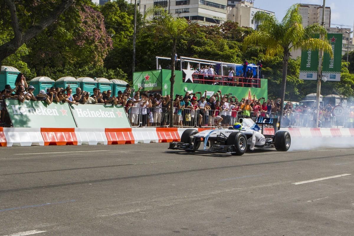 Felipe Massa pelas ruas do Rio  (Foto: Carlos Miller)