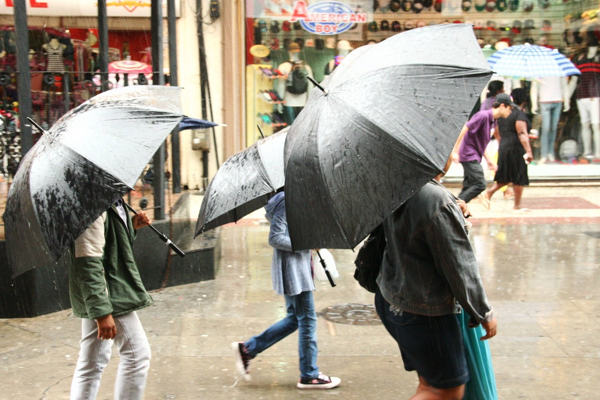 Vias ficam alagadas por causa de chuva em Macaé, RJ, e município divulga rotas alternativas
