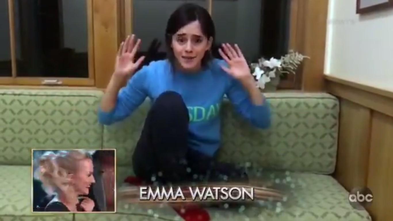 A atriz Emma Watson emocionada em seu vídeo de apoio à amiga Evanna Lynch (Foto: Twitter)