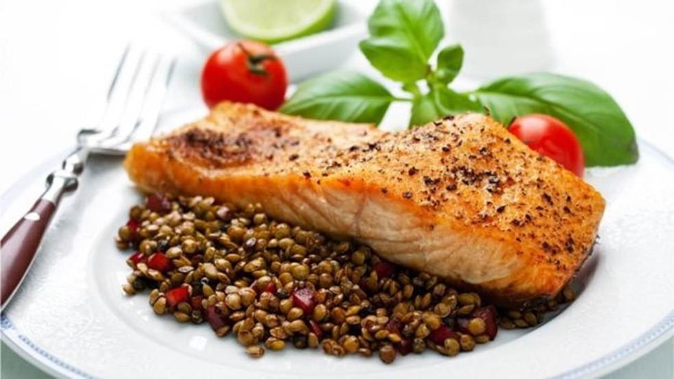 Salmão e lentilhas estão entre os alimentos que, segundo o estudo, ajudaram a atrasar a menopausa em um ano e meio, em média (Foto: Getty Images)