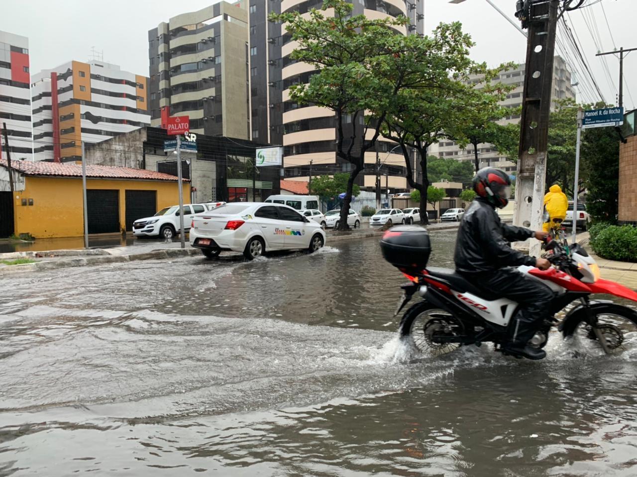 Chuva forte em Maceió deixa ruas e avenidas alagadas