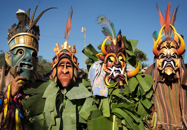 Máscaras festa Costa Rica Bruca men wearing masks chase a bull through the streets as part of festivities on January 2, 2016 in Boruca, Costa Rica. The El Juego De Los Diablitos, (Dance of the Little Devils) is one of the most important traditional festiv (Foto: Dan Kitwood/Getty Images)