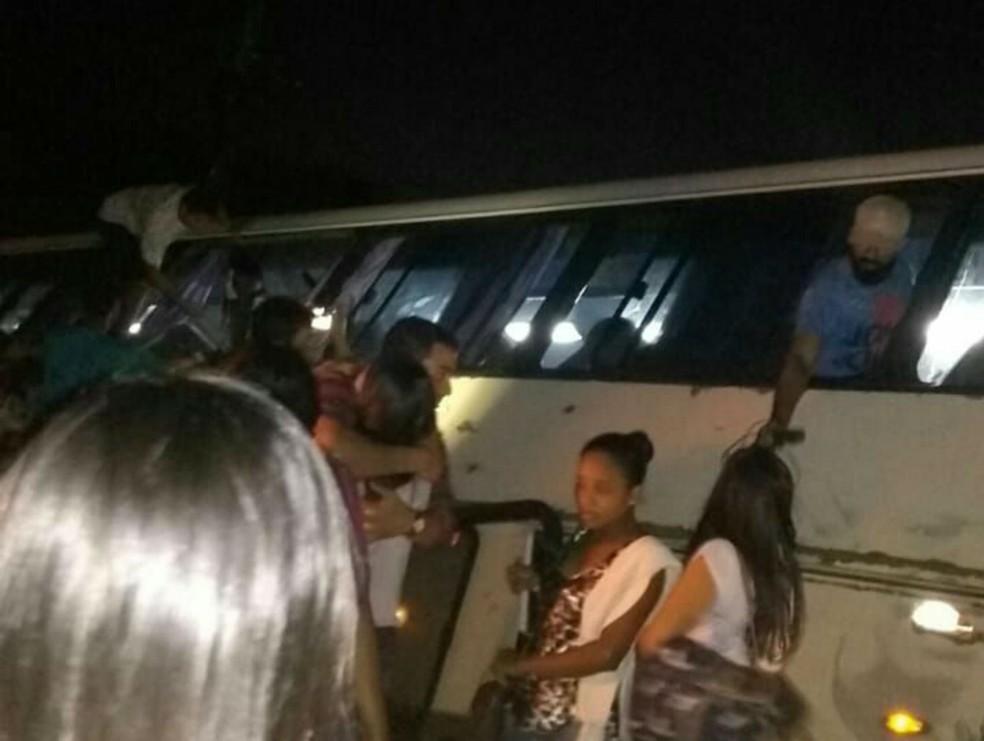 Universitários saíram pela janela do veículo (Foto: Arquivo pessoal)
