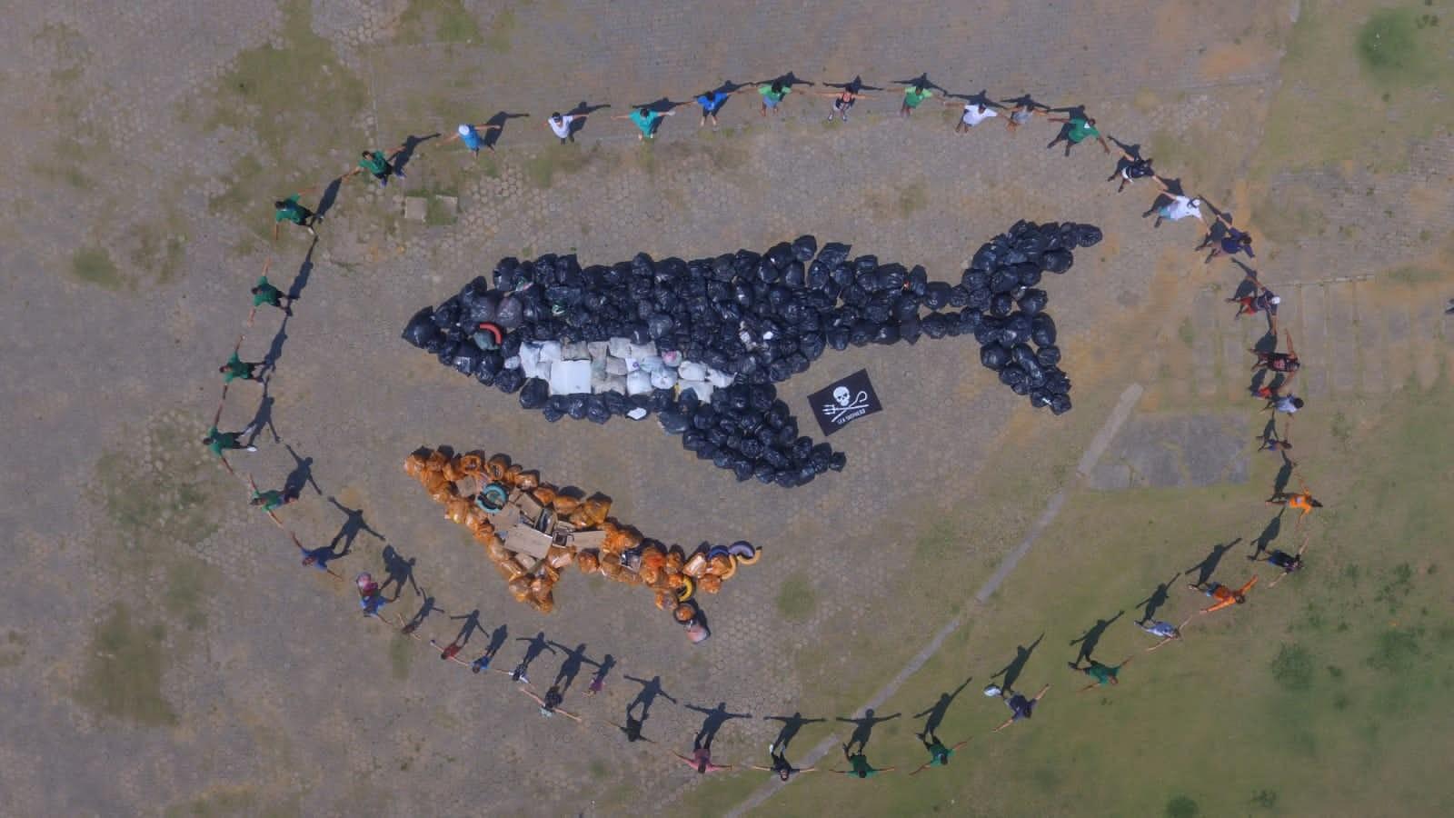 Voluntários retiram pelo menos três toneladas de lixo de praias e rios em um único dia