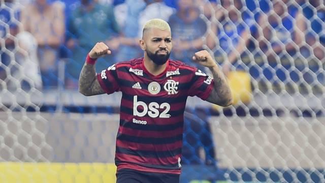 Gabriel comemora gol pelo Flamengo diante do Cruzeiro