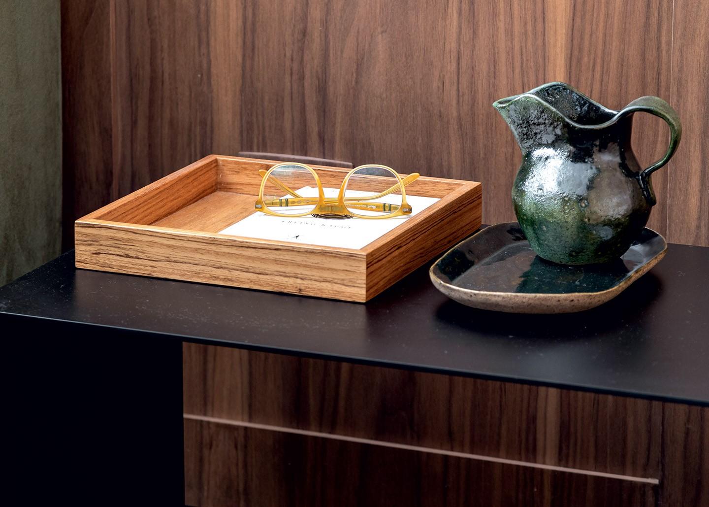 Após reforma, decór cinza ganha toques de cor, design brasileiro e plantas (Foto: Fran Parente/divulgação)