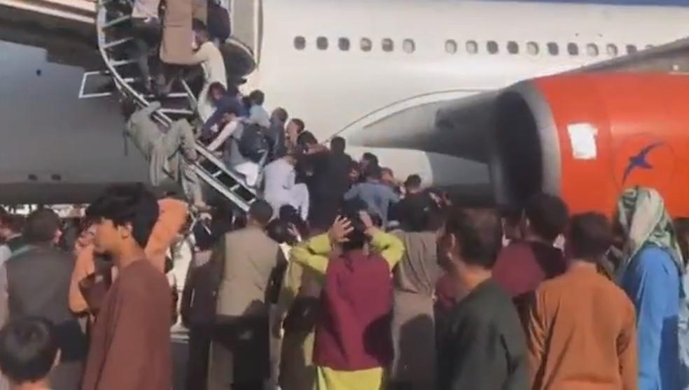 Pessoas se amontoam em avião para tentar fugir do Afeganistão — Foto: Reprodução