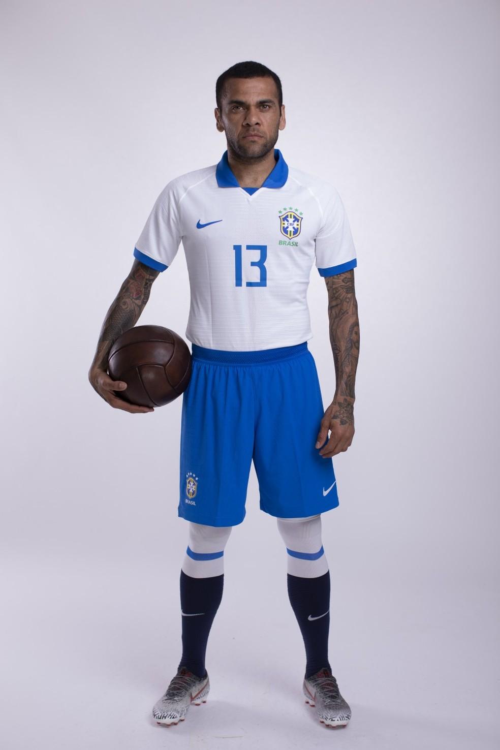 Daniel Alves com a nova camisa branca do Brasil — Foto: Lucas Figueiredo/CBF