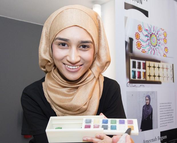 Ameenah Begum e suas tintas (Foto: Divulgação)