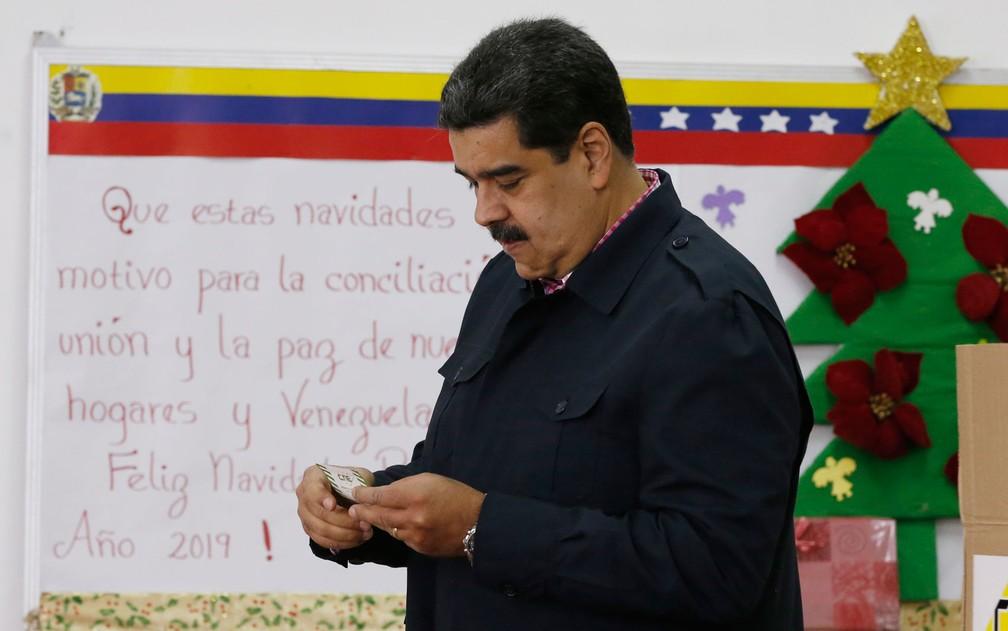 O presidente venezuelano Nicolás Maduro vota durante eleição para vereadores, em Caracas, no domingo (9) — Foto: AP Photo/Ariana Cubillos