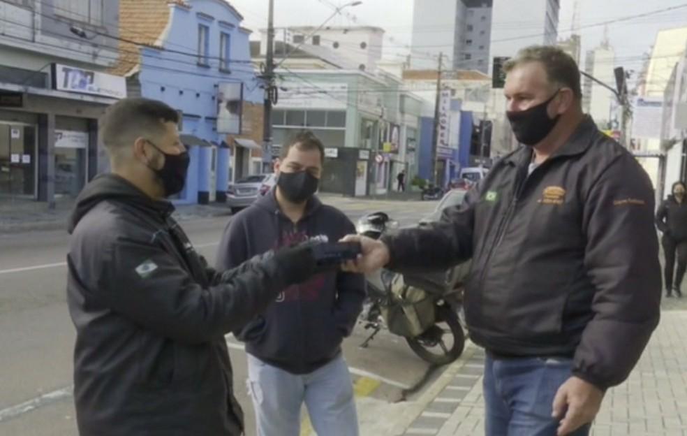 Chaveiro encontrou celular na rua — Foto: Reprodução/RPC