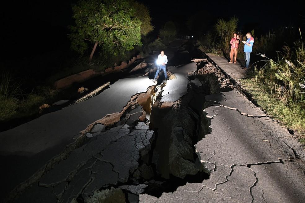 Cinegrafista registra estrago em estrada após um terremoto nos arredores de Mirpur, no Paquistão, nesta terça-feira (24) — Foto: Aamir Qureshi / AFP